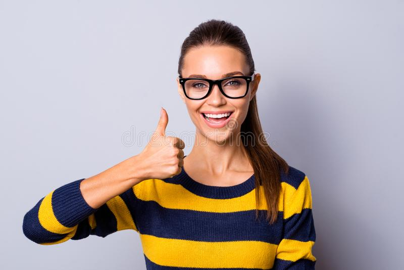 Reizend nette nette hübsche Dame des Porträts annoncieren auserlesene Entscheidungen, die Anzeigen ausgewählte Informationsaufmer lizenzfreies stockfoto