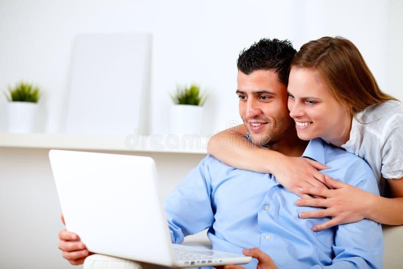 Reizend Paare unter Verwendung des Laptops zusammen lizenzfreies stockfoto