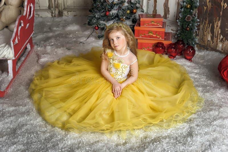 Reizend Prinzessinmädchen in einem gelben Kleid lizenzfreies stockfoto