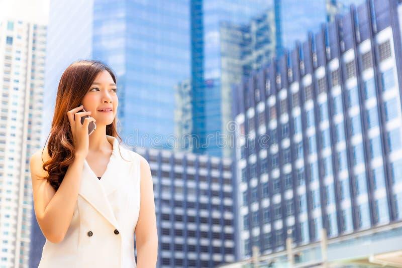 Reizend schöne junge Geschäftsfrau des Porträts Attraktives busi stockbild