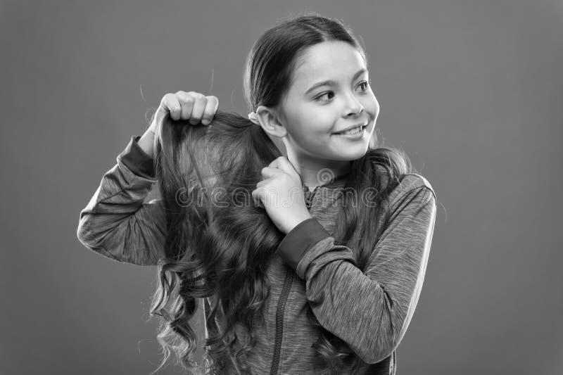 Reizend Sch?nheit Aktives Kind des M?dchens mit dem langen herrlichen Haar Starkes und gesundes Haarkonzept Wie man gelocktes Haa lizenzfreies stockfoto