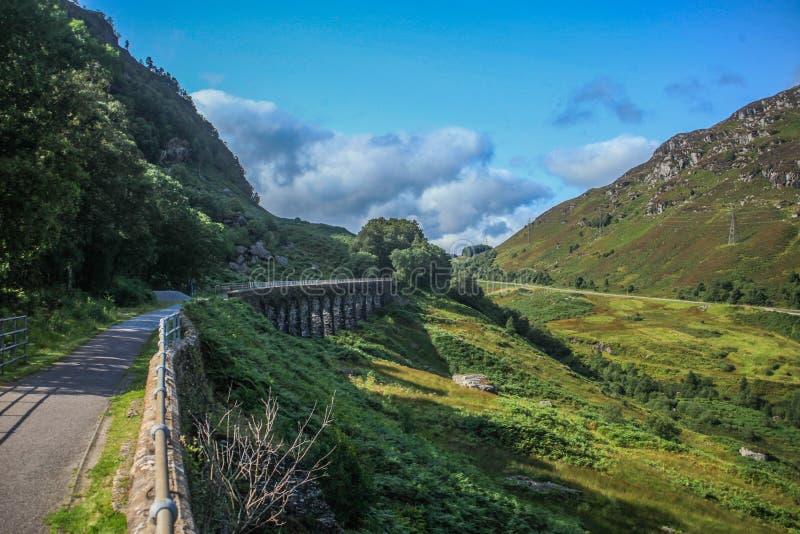 Reizend in Schotland, die Glenogle-Viaduct kruisen royalty-vrije stock fotografie