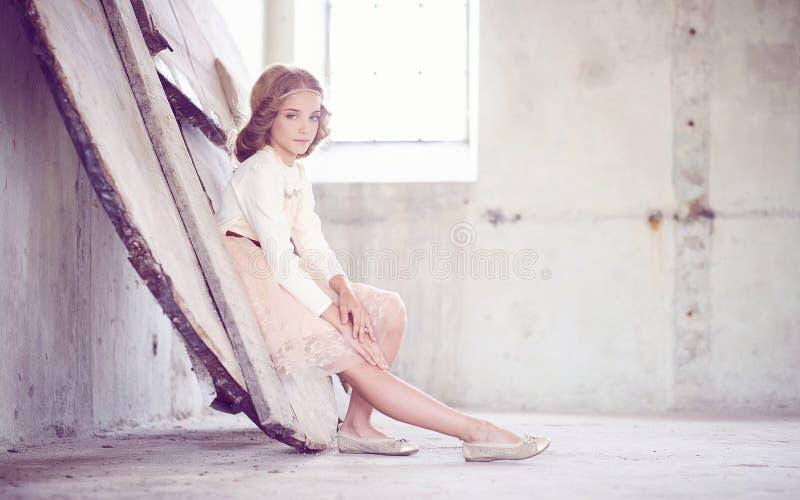 Reizend vorbildliche Aufstellung des kleinen Mädchens in einem Studio stockfotografie