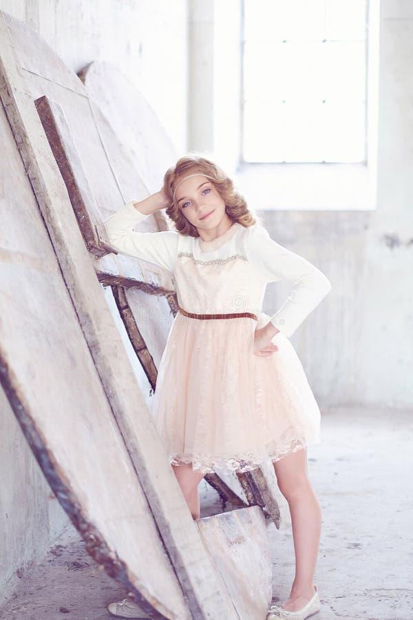 Reizend vorbildliche Aufstellung des kleinen Mädchens in einem Studio lizenzfreies stockbild