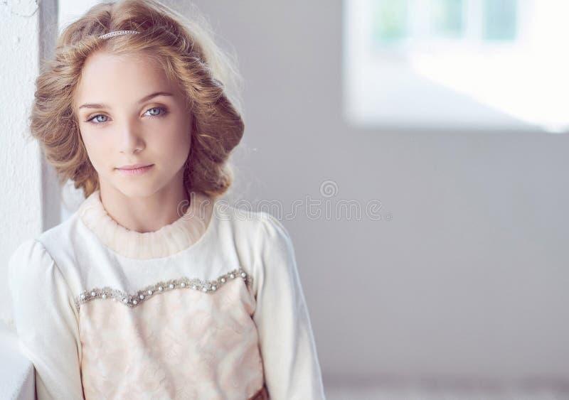 Reizend vorbildliche Aufstellung des kleinen Mädchens in einem Studio lizenzfreies stockfoto