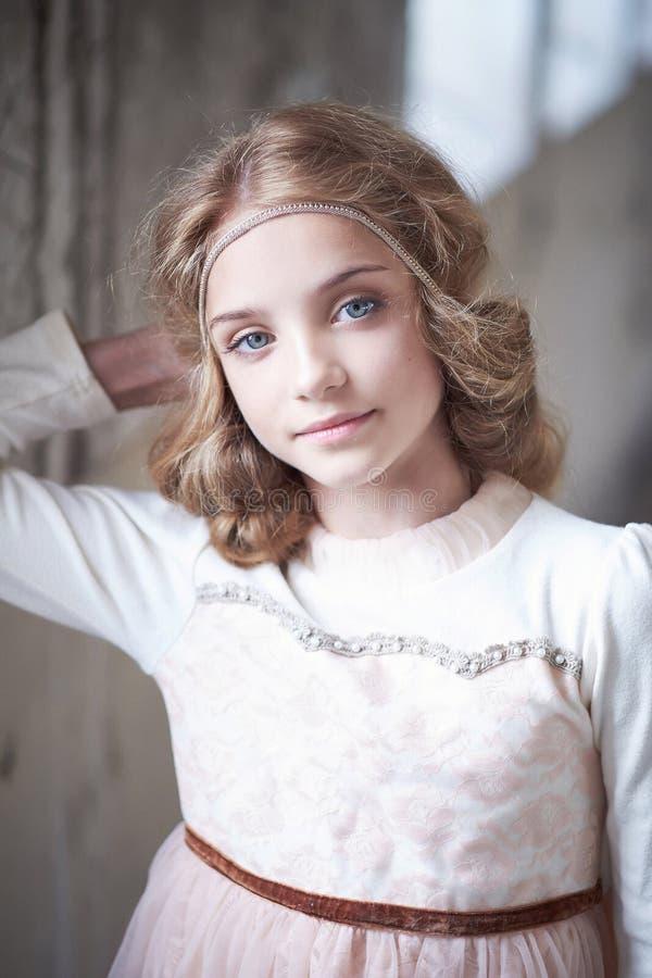 Reizend vorbildliche Aufstellung des kleinen Mädchens in einem Studio lizenzfreie stockfotos