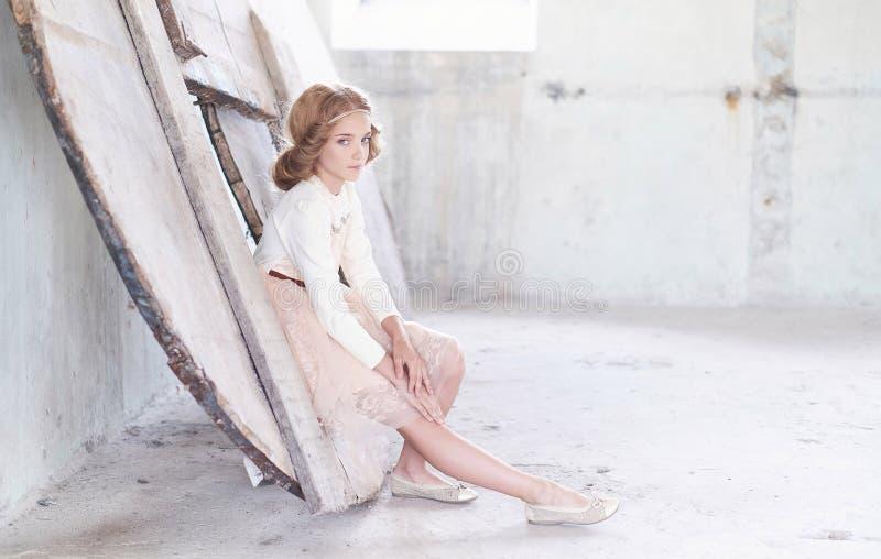 Reizend vorbildliche Aufstellung des kleinen Mädchens in einem Studio stockfoto
