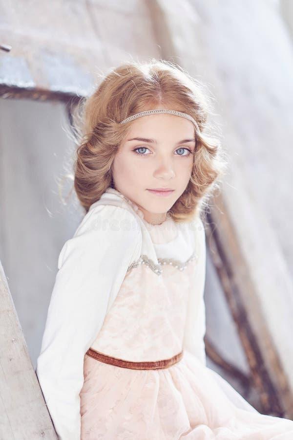 Reizend vorbildliche Aufstellung des kleinen Mädchens in einem Studio stockbilder