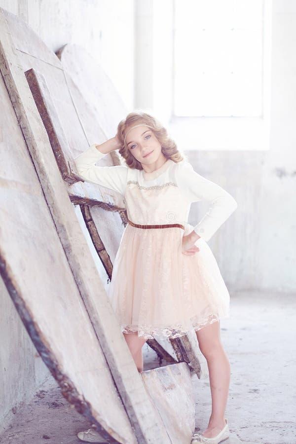 Reizend vorbildliche Aufstellung des kleinen Mädchens in einem Studio stockbild