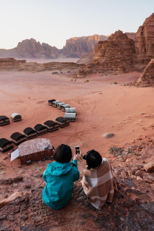 Reizend in Wadi Rum-woestijn, Jordanië Het nemen van foto door smartphone op klip royalty-vrije stock foto's