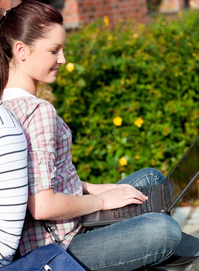 Reizend weiblicher Kursteilnehmer, der einen Laptop BO verwendet stockfoto