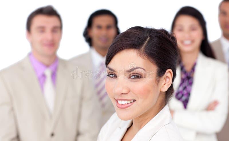 Reizend weibliches Leitprogramm, das ihr Team darstellt stockfotos