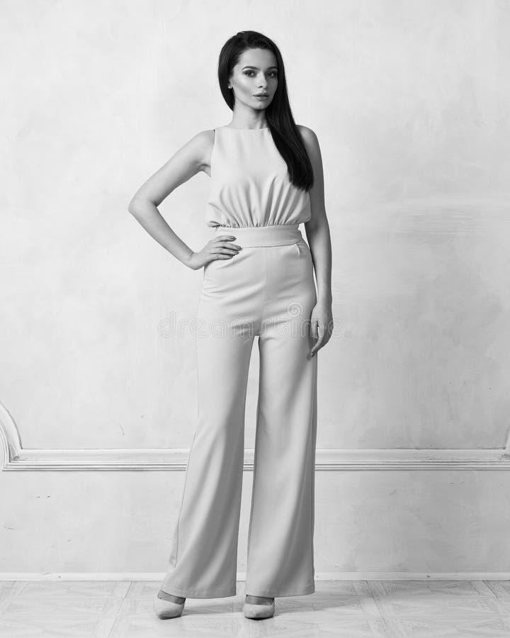 Reizend weibliches Modell im beige Overall lizenzfreie stockfotografie