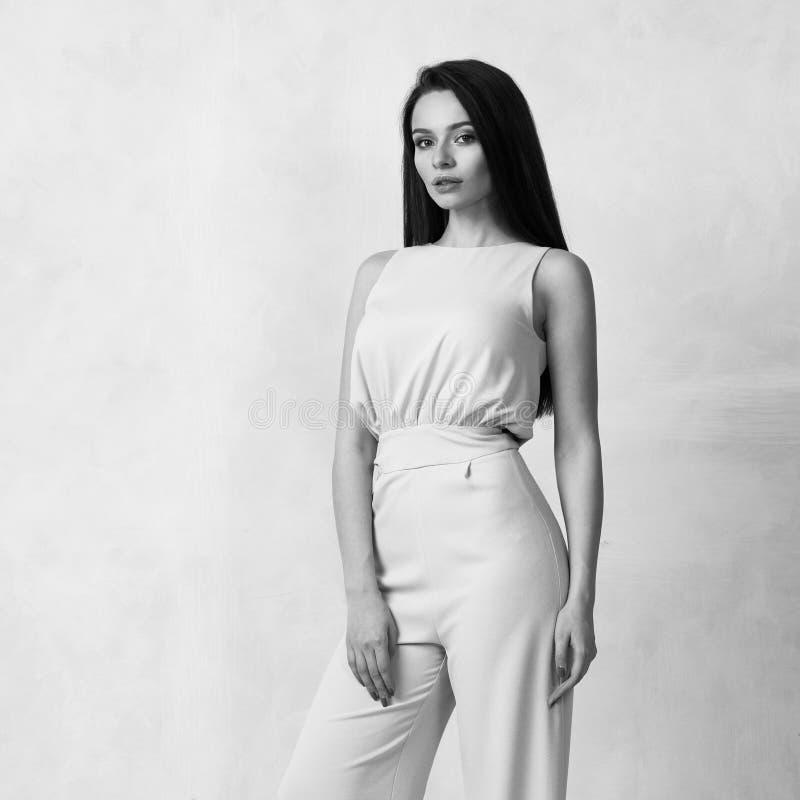 Reizend weibliches Modell im blauen Overall lizenzfreie stockfotos