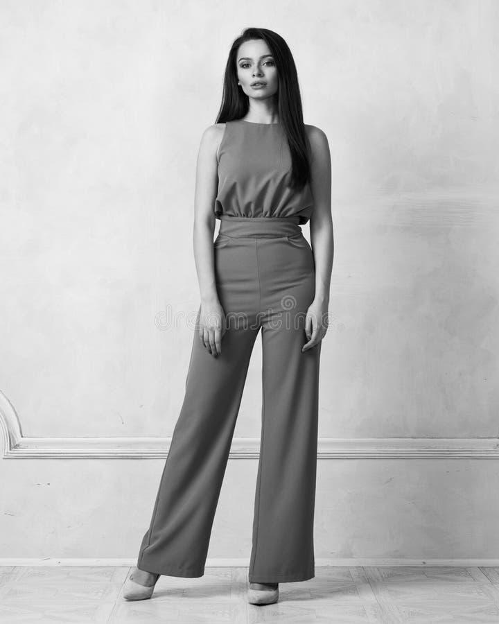 Reizend weibliches Modell im purpurroten Overall lizenzfreie stockfotos