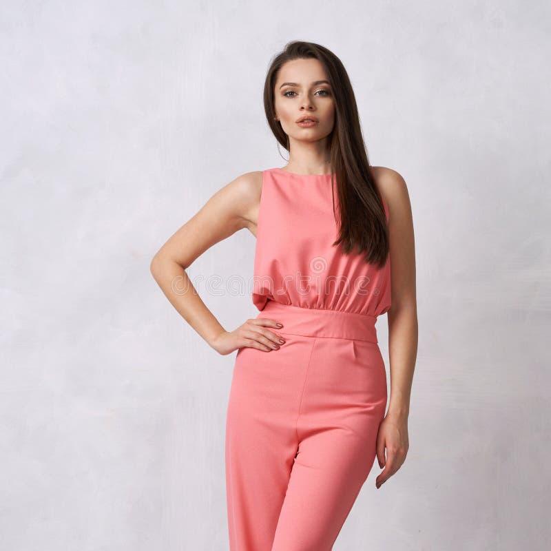 Reizend weibliches Modell im rosa Overall stockbilder