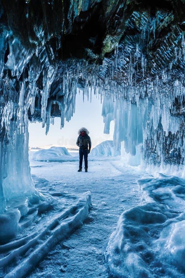 Reizend in winter, een mens die zich op Bevroren meer Baikal met Ijshol de bevinden in Irkoetsk Siberië, Rusland stock foto's
