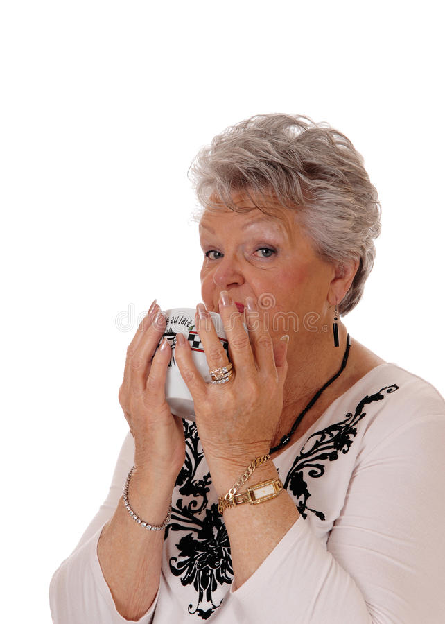 Reizende ältere Frau mit Schüssel lizenzfreies stockbild