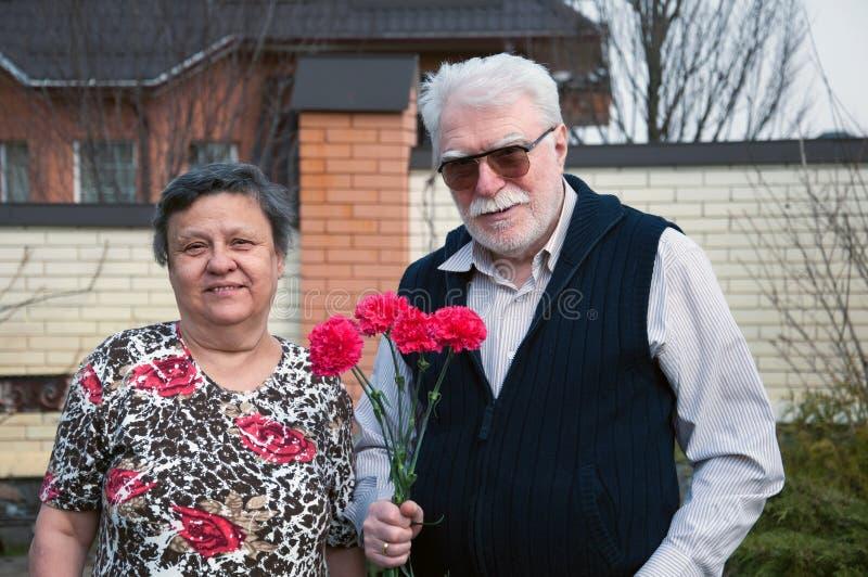 Reizende alte Paare lizenzfreies stockfoto