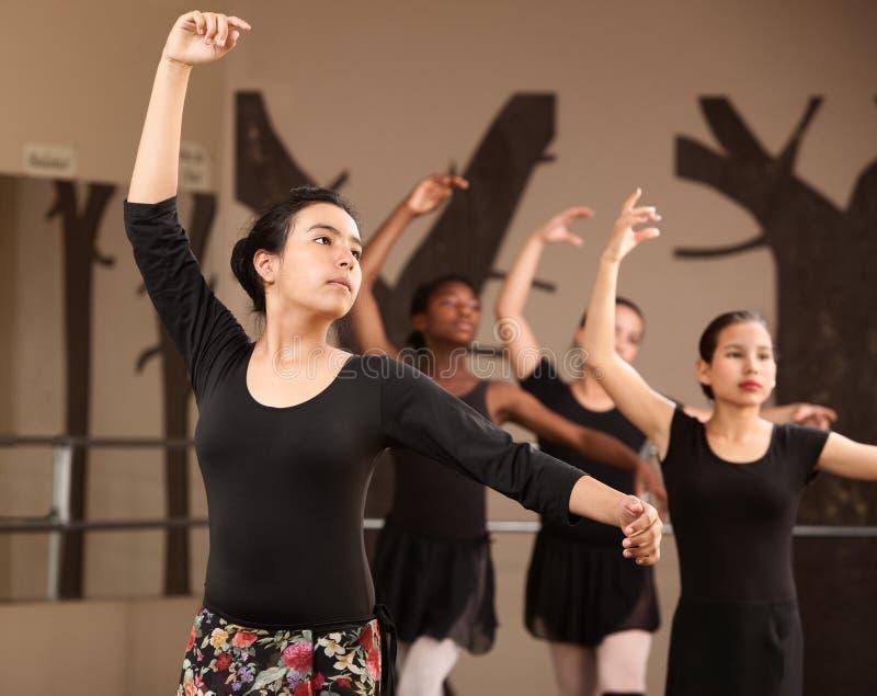 Reizende Ballett-Kursteilnehmer-Praxis stockbild