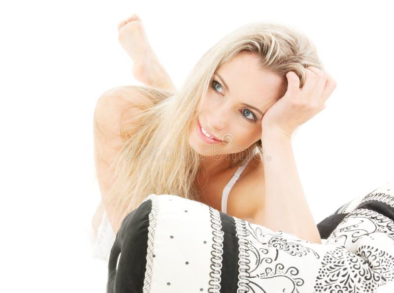 Reizende Blondine im Bett stockfoto