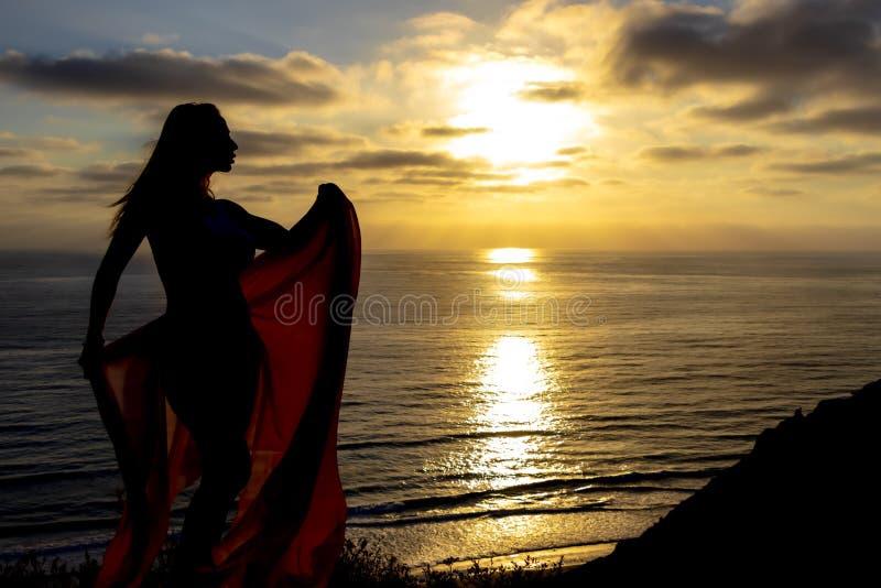 Reizende Brunette Bikini-Modell-Relaxing On The-Küstenlinie bei Sonnenuntergang lizenzfreies stockbild