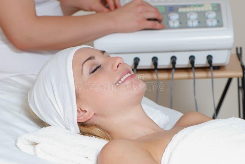 Reizende Dame im Massagesalon lizenzfreie stockfotos