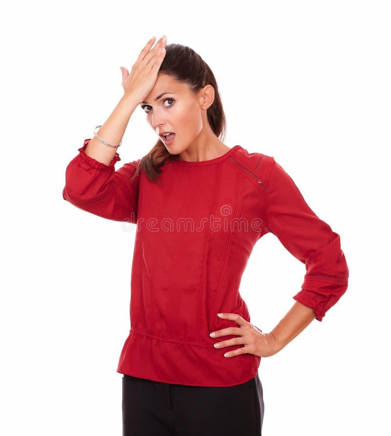 Reizende erwachsene Dame mit überraschter Geste lizenzfreie stockfotos