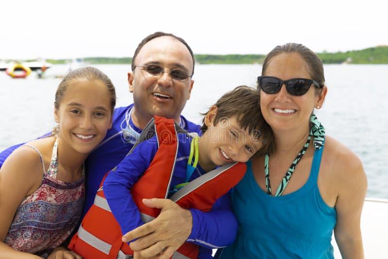 Reizende Familie, die Sommer genießt stockbild