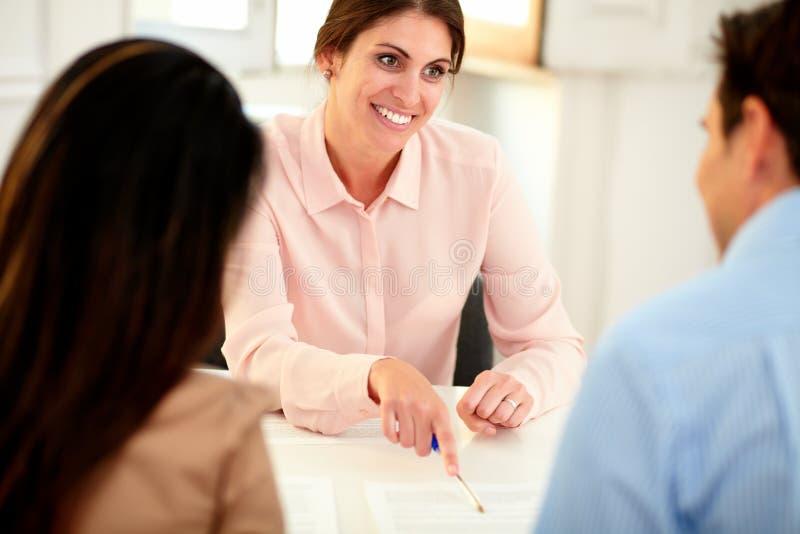 Reizende Finanzberaterfrau, die im Büro arbeitet stockfotos