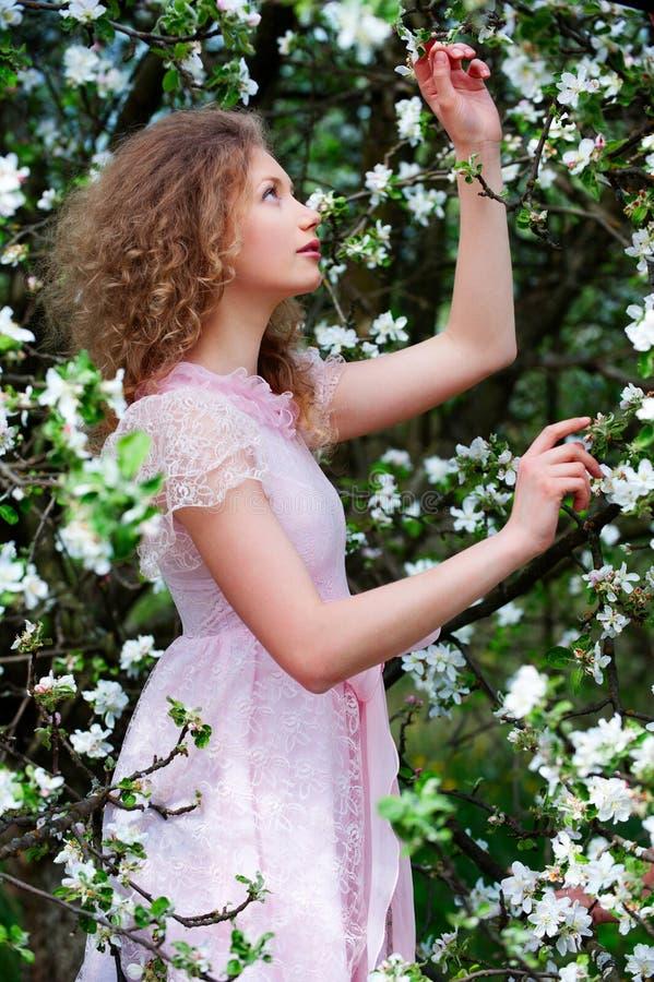 Reizende Frau in den Blumen lizenzfreie stockfotografie