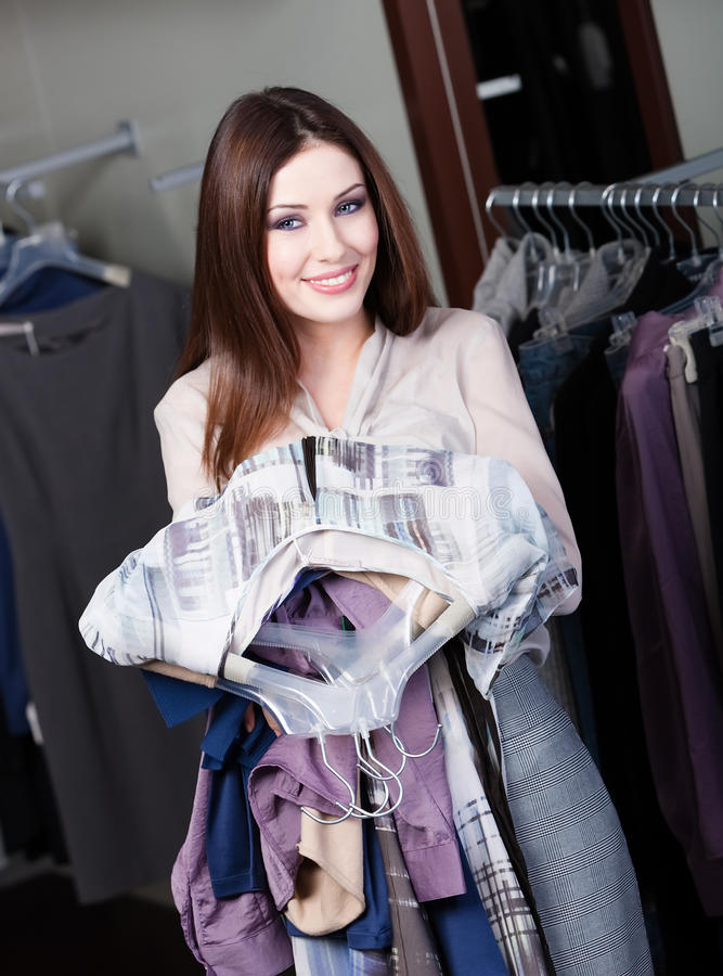 Reizende Frau ist eifrig, Käufe abzuschließen stockfoto