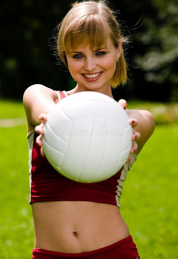 Reizende Frau mit einer Kugel stockbild