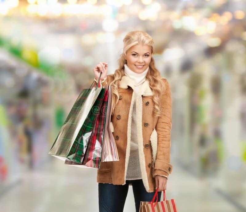 Reizende Frau mit Einkaufstaschen lizenzfreies stockfoto