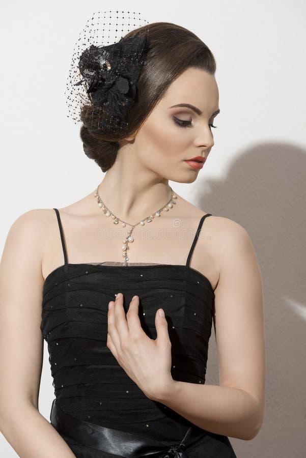 Reizende Frau mit elegantem Blick lizenzfreie stockfotografie