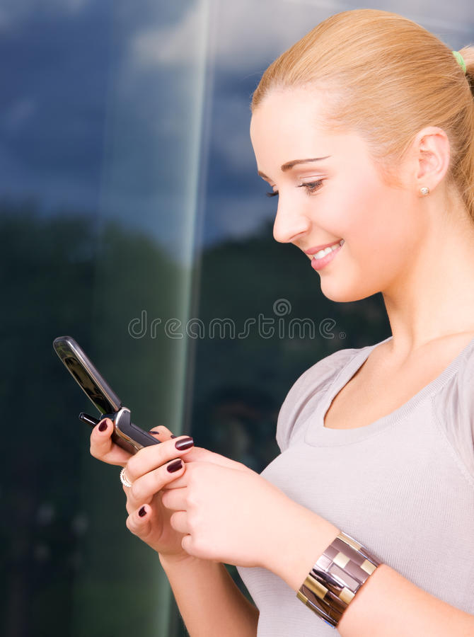 Reizende Frau mit Handy stockbilder