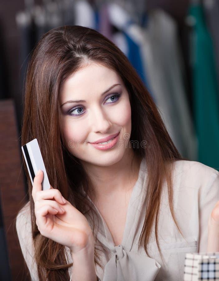 Reizende Frau mit Kreditkarte lizenzfreie stockfotos