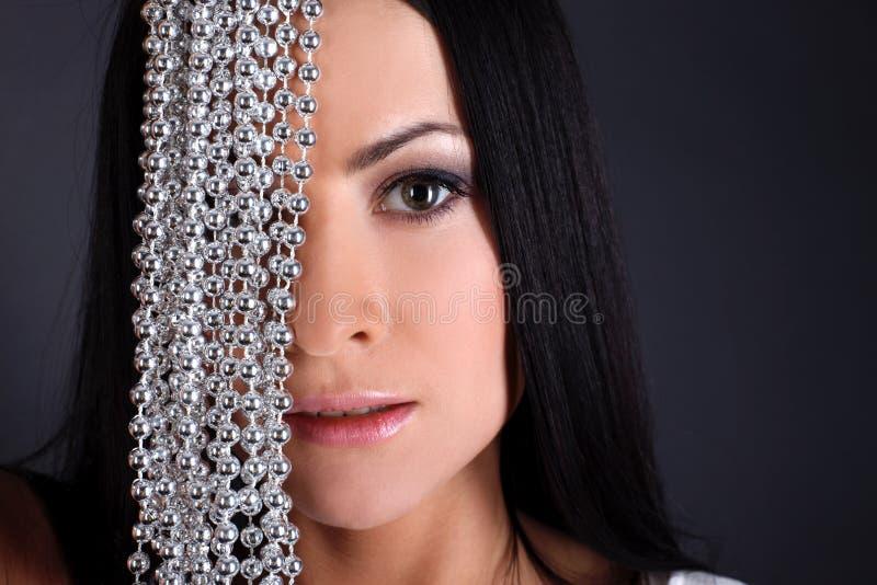 Reizende Frau mit Perle stockfoto