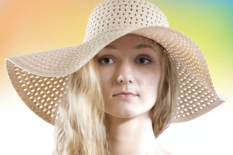 Reizende Frau ohne bilden tragenden Strohsommerhut stockfotos