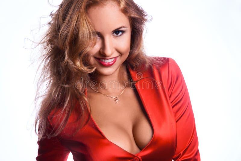 Reizende Geschäftsfrau in der roten Jacke lächelnd auf Kamera stockbilder