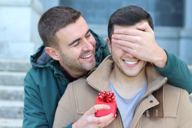 Reizende gleichgeschlechtliche Paare, die Neigung teilen stockbilder