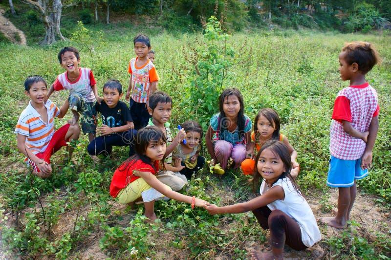 Reizende, hübsche Asien-Kinder in der Landschaft stockbild