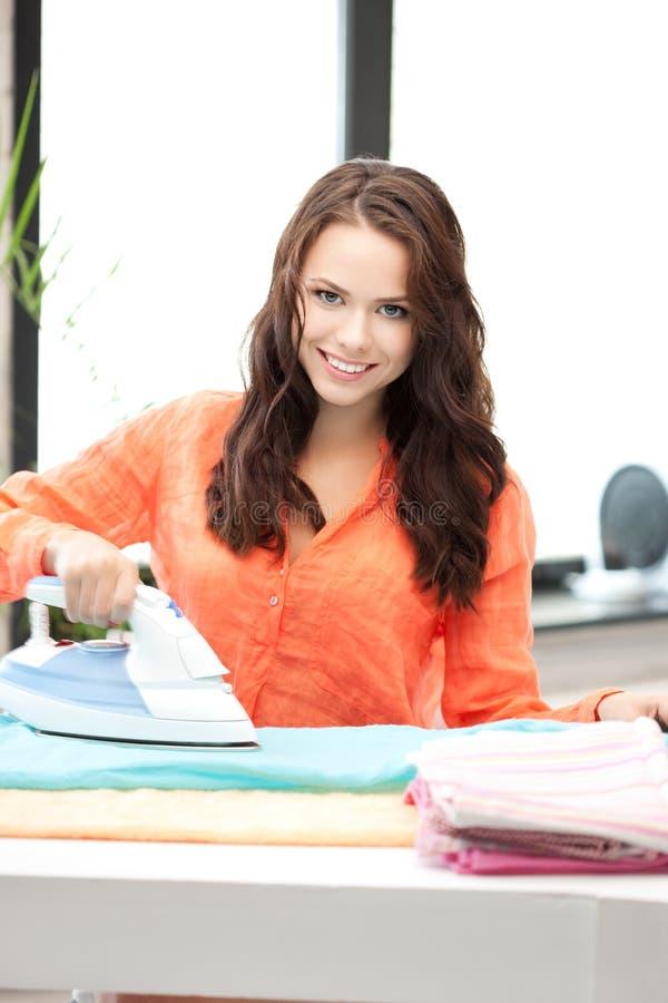 Reizende Hausfrau mit Eisen lizenzfreie stockfotografie