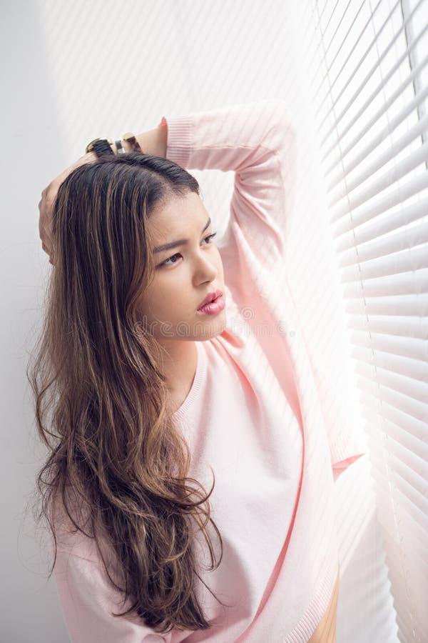 Reizende junge Frau stockfoto