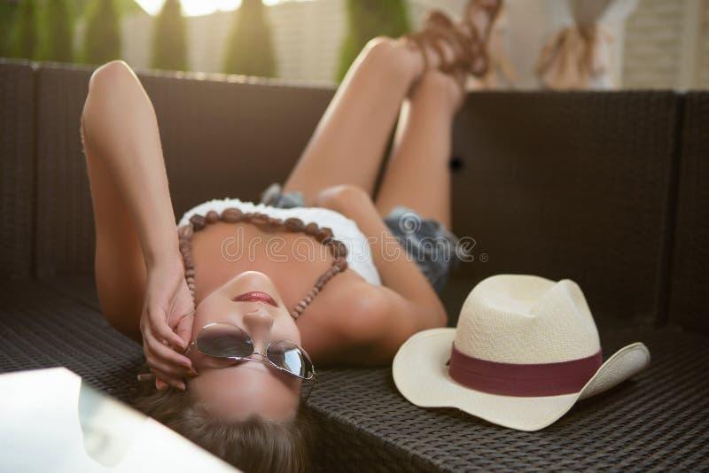Reizende junge Frau stockbild