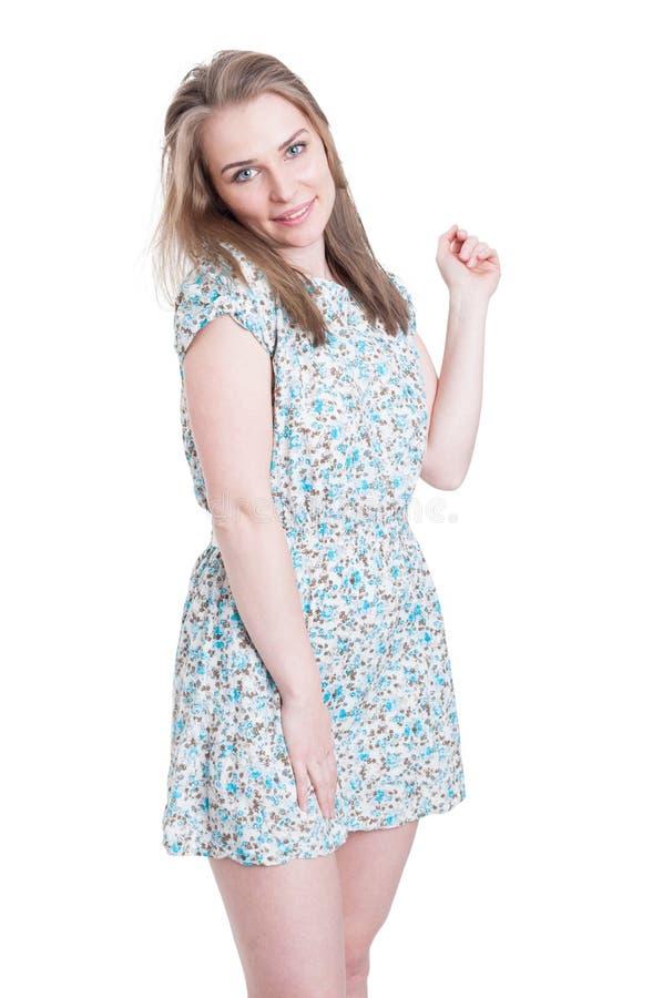 Reizende junge Frau, die kurz Druckkleid trägt stockfoto