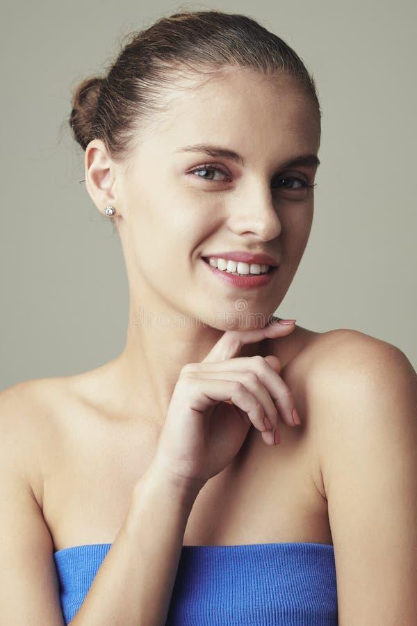 Reizende junge Frau mit schönem Lächeln stockfotos