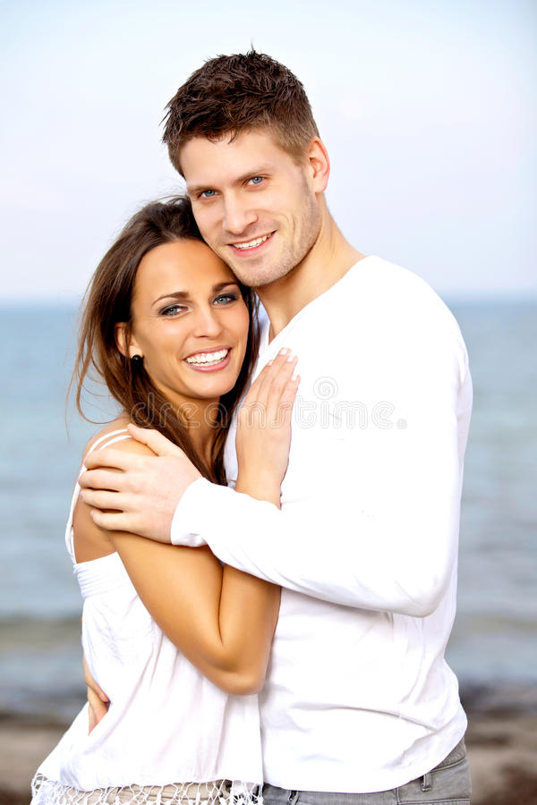 Reizende Junge Lächelnde Paare Bei Der Aufstellung