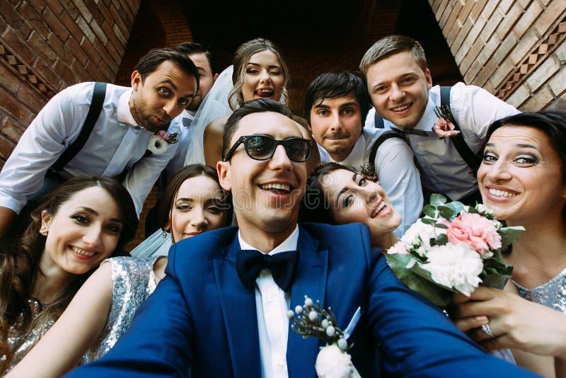 Reizende junge Leute im Hochzeitstag stockfotografie