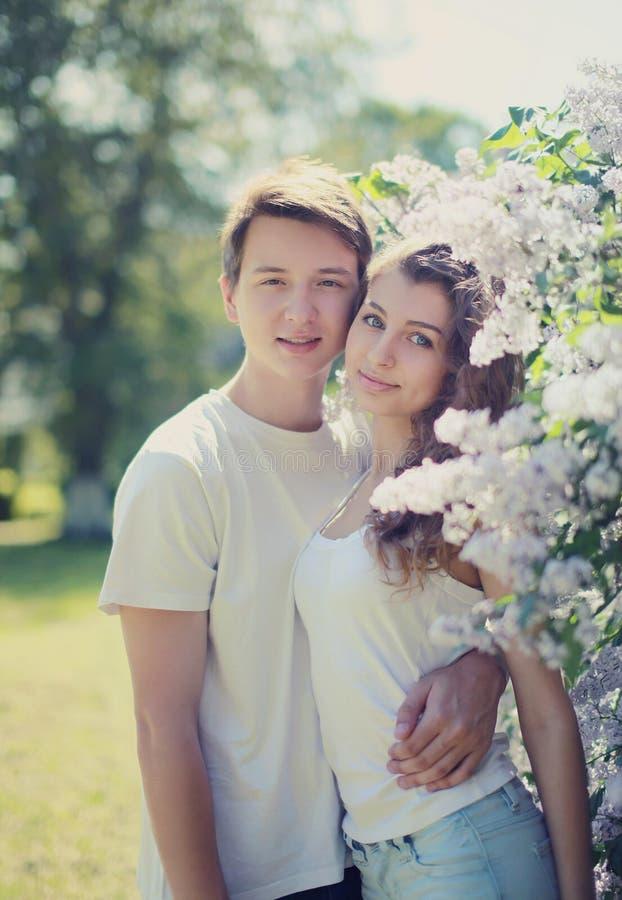 Reizende junge Paare des zarten Porträts des Frühlinges stockbild